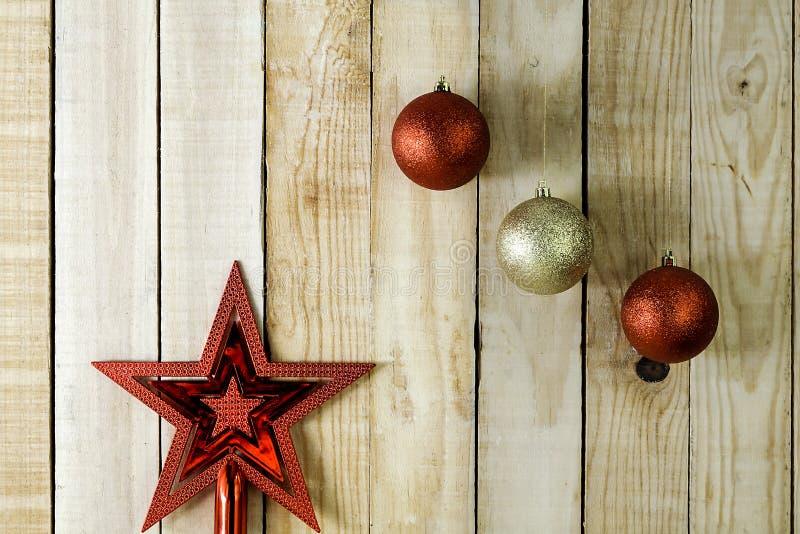 Weihnachtsballhängen und -stern lizenzfreies stockfoto
