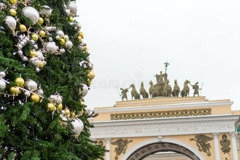 Weihnachtsbaum auf dem Palast-Quadrat lizenzfreies stockbild