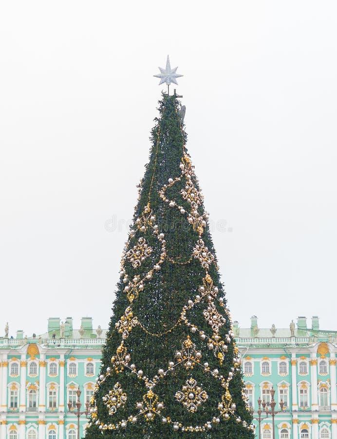 Weihnachtsbaum auf dem Palast-Quadrat lizenzfreies stockfoto