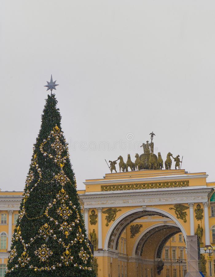 Weihnachtsbaum auf dem Palast-Quadrat lizenzfreie stockfotografie