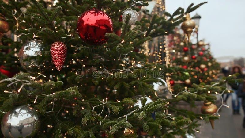 Weihnachtsbaum auf der Stadtstraße von Moskau Gehende Passanten am Vorabend des neuen Jahres Thema des neuen Jahres stock video