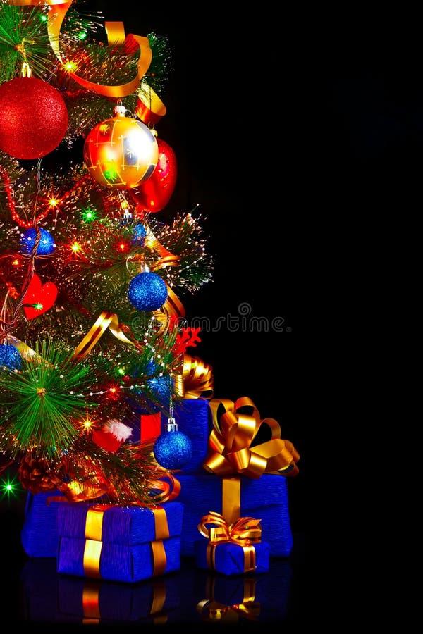 Weihnachtsbaum auf einem schwarzen Hintergrund stockbilder