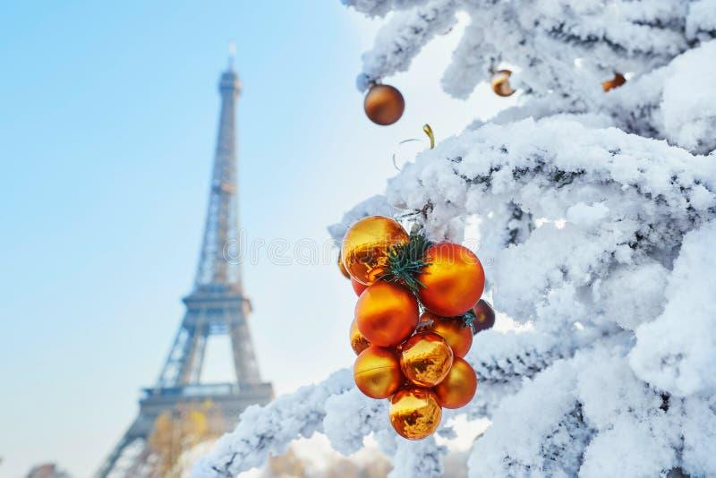 Weihnachtsbaum bedeckt mit Schnee nahe dem Eiffelturm in Paris stockfotos