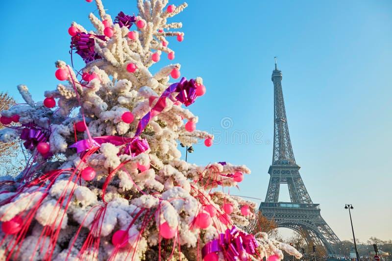 Weihnachtsbaum bedeckt mit Schnee nahe dem Eiffelturm in Paris lizenzfreies stockfoto