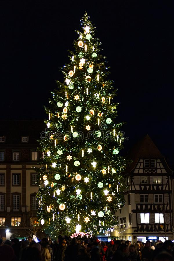 Weihnachtsbaum bei Kleber Square nachts in Straßburg, Elsass, lizenzfreie stockfotografie