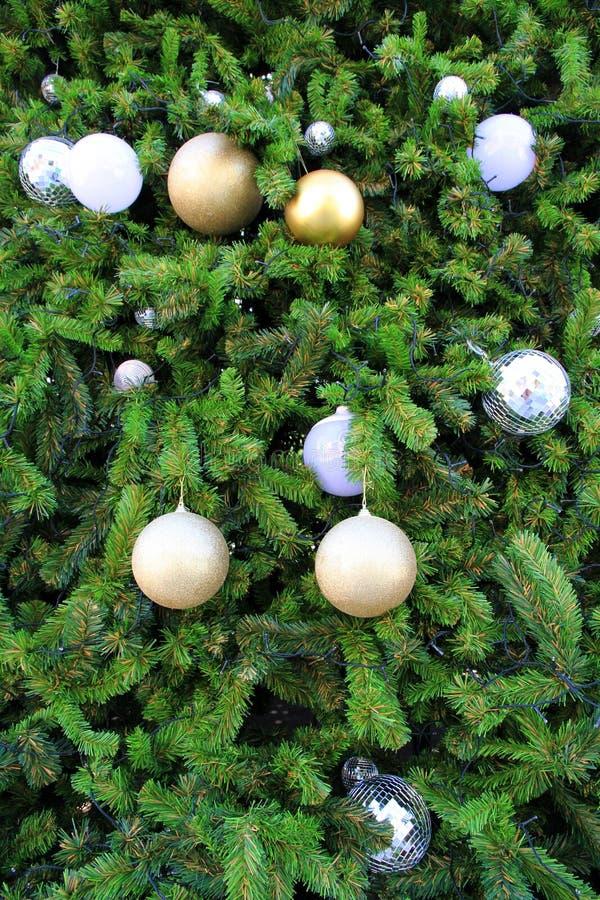 Weihnachtsbaum-Dekorationshintergrund auf enormem Weihnachtsbaum stockbilder