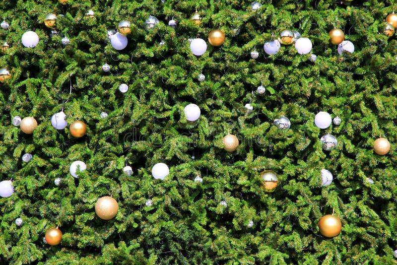 Weihnachtsbaum-Dekorationshintergrund auf enormem Weihnachtsbaum stockfoto