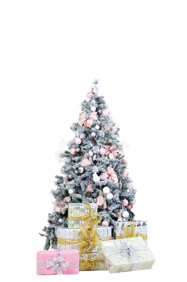 Weihnachtsbaum in den dekorativen Verzierungen Mit Geschenkboxen auf dem Boden stockfotografie