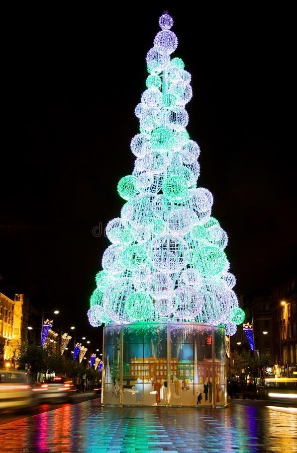 Weihnachtsbaum in der Dublin-Stadt nachts lizenzfreies stockfoto