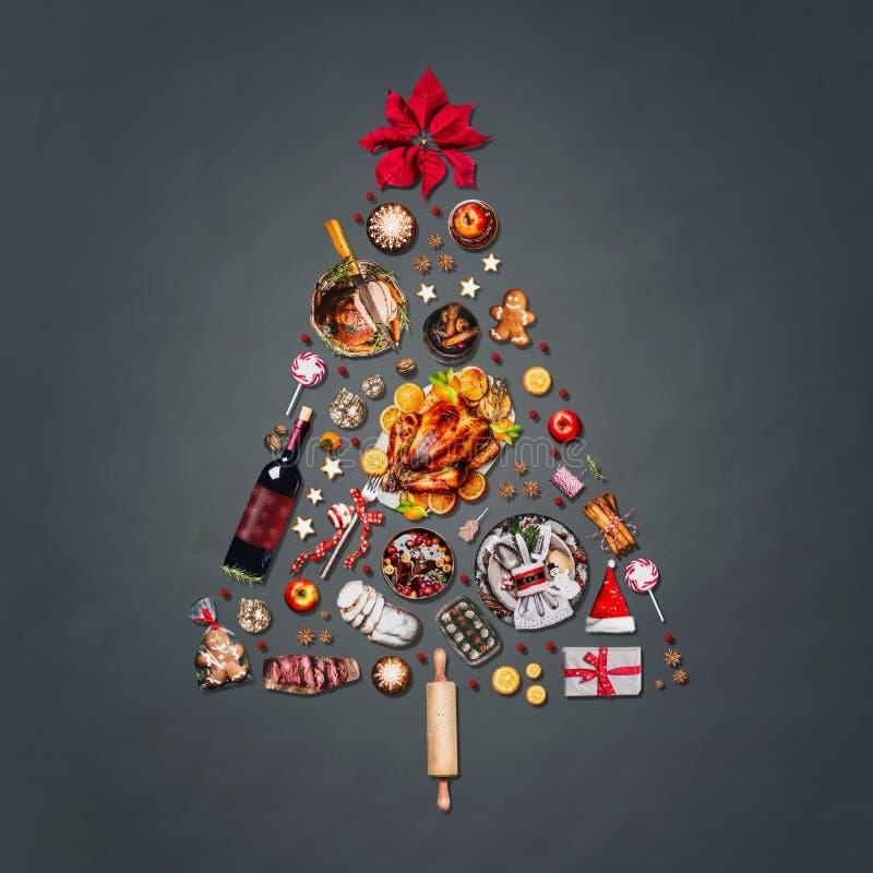 Weihnachtsbaum gemacht mit verschiedenen Weihnachtsnahrungsmittelnd-Süßigkeiten, Plätzchen, Glühwein, dem Lebkuchenmann verziert  stockbilder