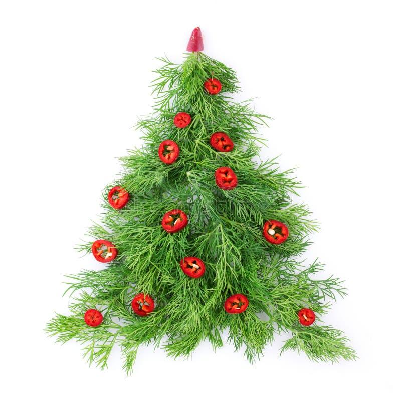 Weihnachtsbaum gemacht vom Dill, verziert mit Paprikapfeffer, Nahaufnahme auf einem weißen Hintergrund Gesundes Feiertagslebensmi lizenzfreies stockbild