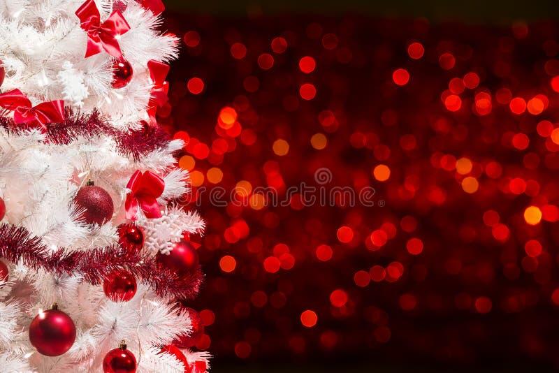 Weihnachtsbaum-Hintergrund, weißer Weihnachtsbaum-rote Defocused Lichter lizenzfreies stockfoto