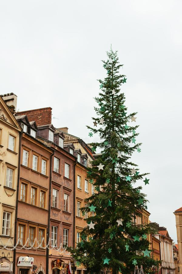 Weihnachtsbaum im alten Stadtmarktplatz Warschaus, Polen lizenzfreie stockfotografie