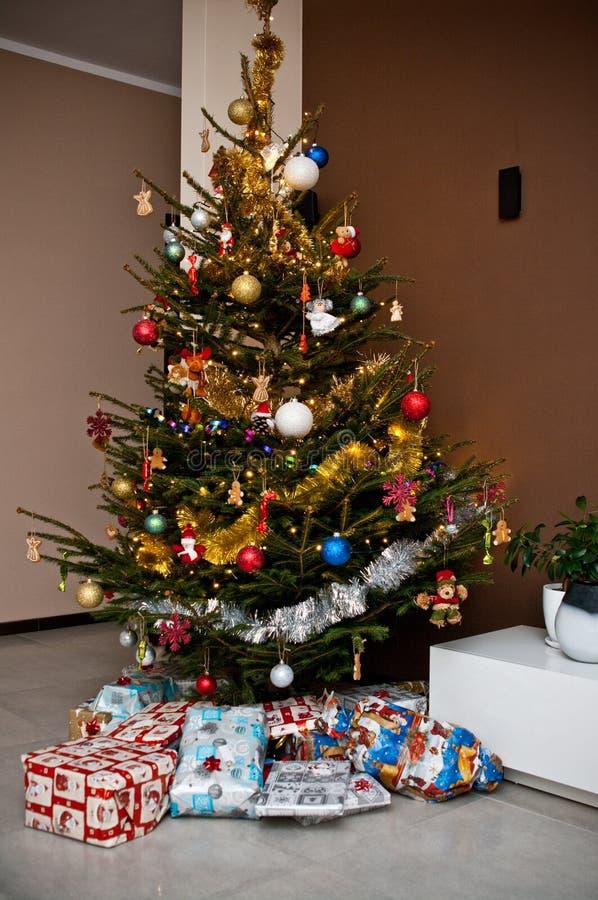 Weihnachtsbaum im modernen Raum stockbilder