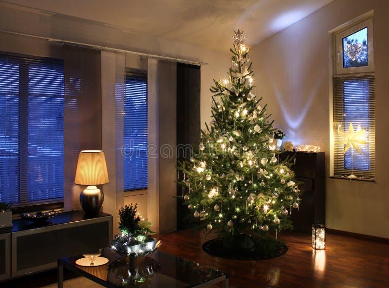 Weihnachtsbaum im modernen Wohnzimmer lizenzfreies stockfoto