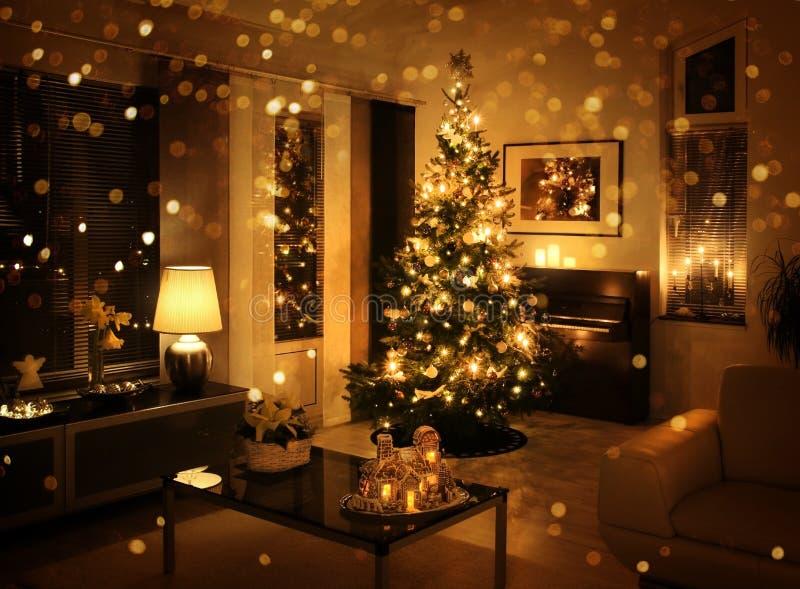 Weihnachtsbaum im modernen Wohnzimmer stockfoto