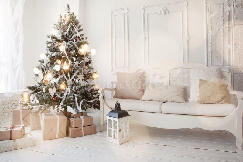 Weihnachtsbaum im Wohnzimmer lizenzfreie stockfotografie