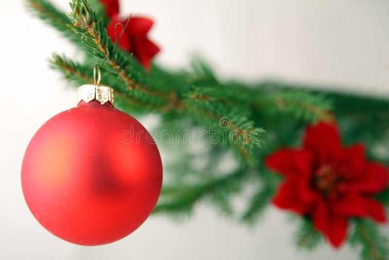 Weihnachtsbaum mit Dekorationen und Geschenken lizenzfreies stockbild