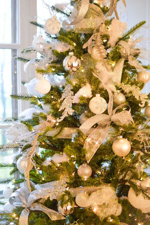 Weihnachtsbaum mit den silbernen und weißen Dekorationen stockfoto