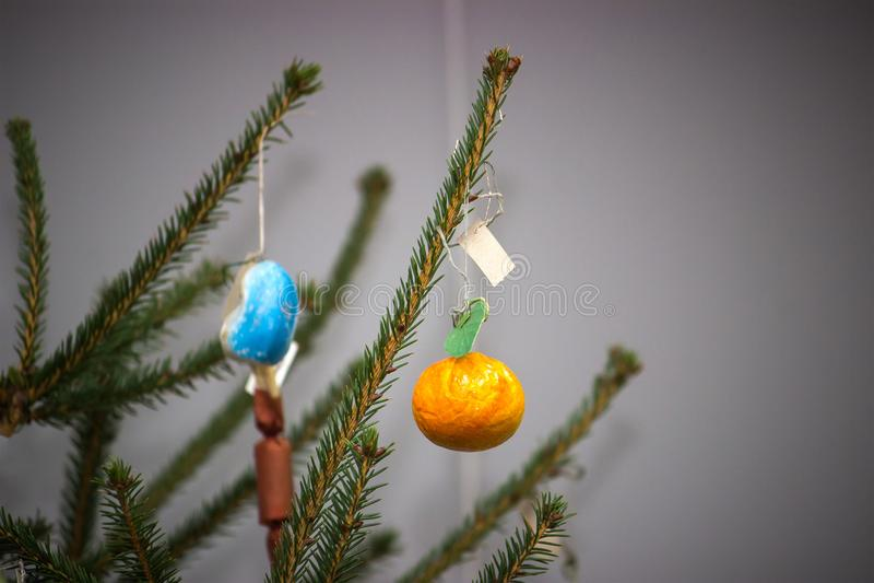 Weihnachtsbaum mit Flitter auf dunklem Hintergrund lizenzfreie stockfotos