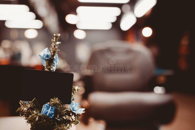 Weihnachtsbaum mit Geschenken auf Hintergrund lizenzfreie stockbilder