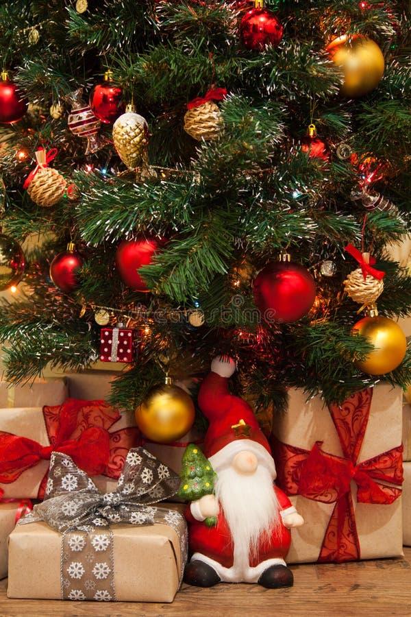 weihnachtsbaum mit geschenken darunter stockbild - bild