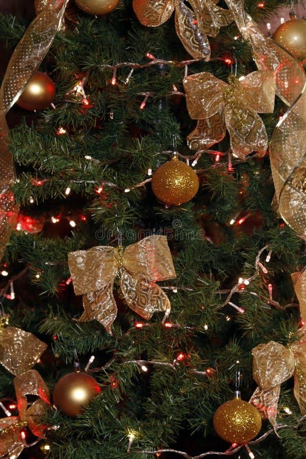 Weihnachtsbaum mit goldfarbenen Bändern stockbilder