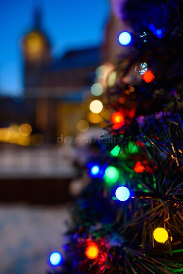 Weihnachtsbaum mit Lichtern auf Straße stockfotos