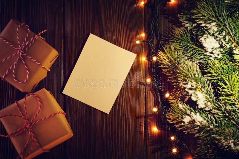 Weihnachtsbaum mit Lichtern, Geschenken und Grußkarte lizenzfreie stockbilder