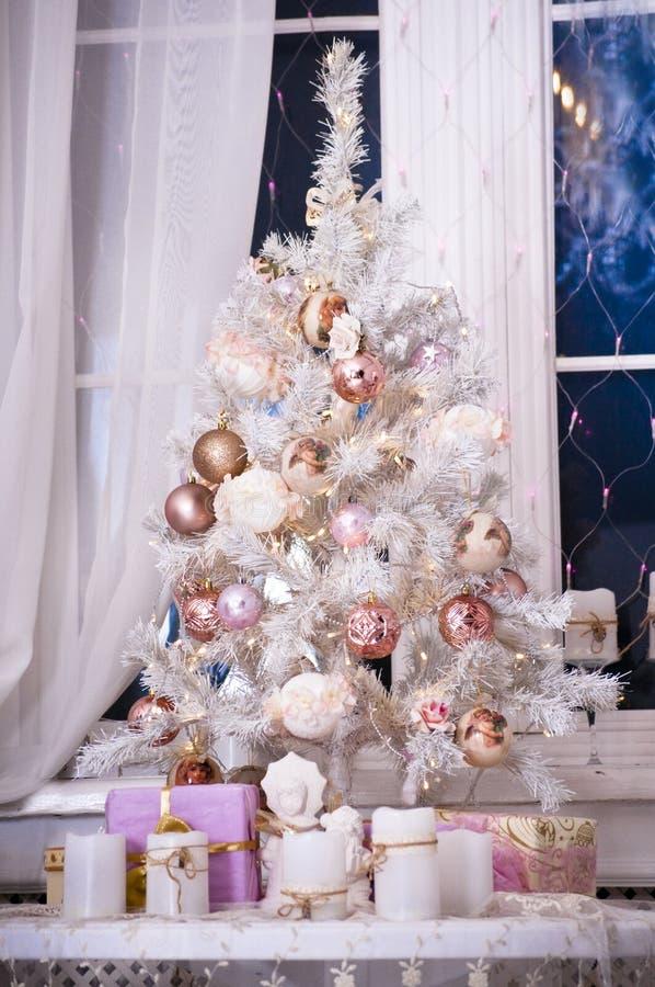 Weihnachtsbaum mit Lichtern und Blumen stockfotos