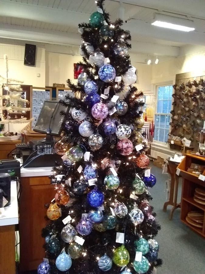 Weihnachtsbaum mit mundgeblasenen Verzierungen lizenzfreies stockbild