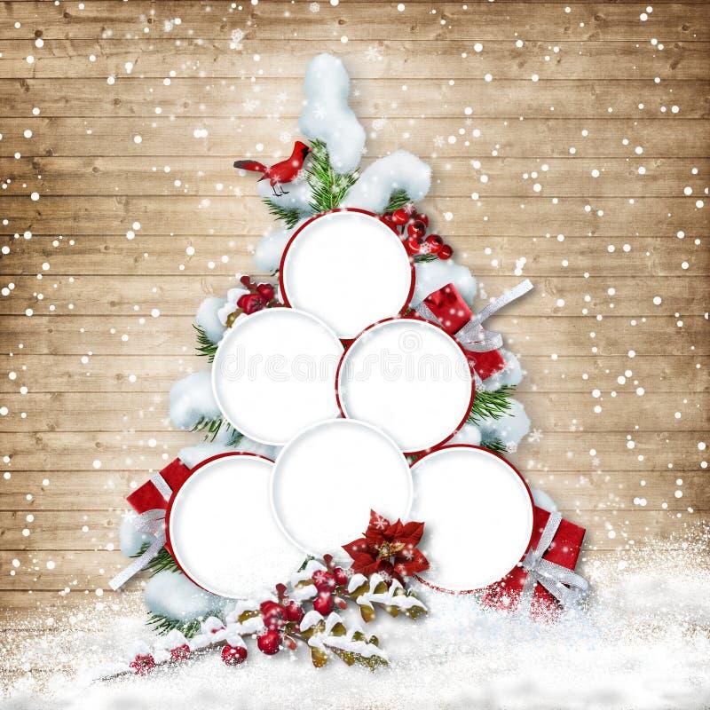 Weihnachtsbaum mit Rahmen für Familienfotos auf hölzernem backgroun lizenzfreies stockbild