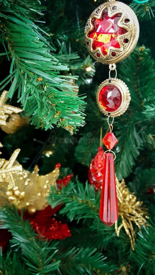 Weihnachtsbaum mit Rot und Goldbaumelnden Dekorationen stockfotografie