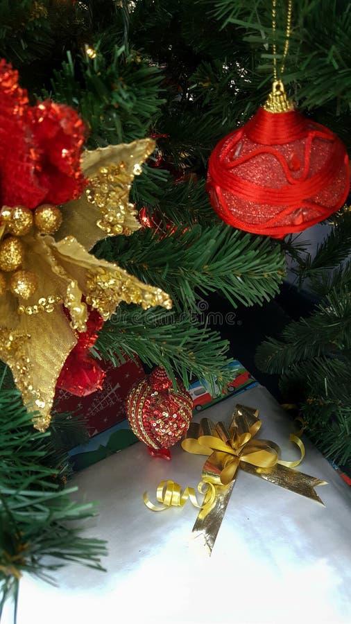 Weihnachtsbaum mit Rot und Golddekorationen stockfotografie