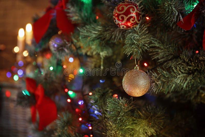 Weihnachtsbaum mit schönen Dekorationen zuhause stockbilder