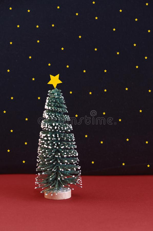 Weihnachtsbaum mit Schnee vor einem sternenklaren Himmel lizenzfreie stockfotografie