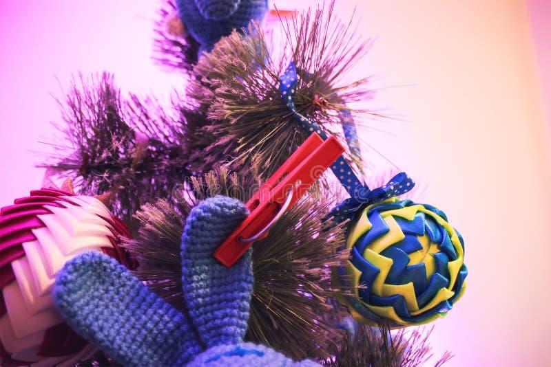 Weihnachtsbaum mit Spielwaren während eines guten Rutsch ins Neue Jahr lizenzfreie stockbilder