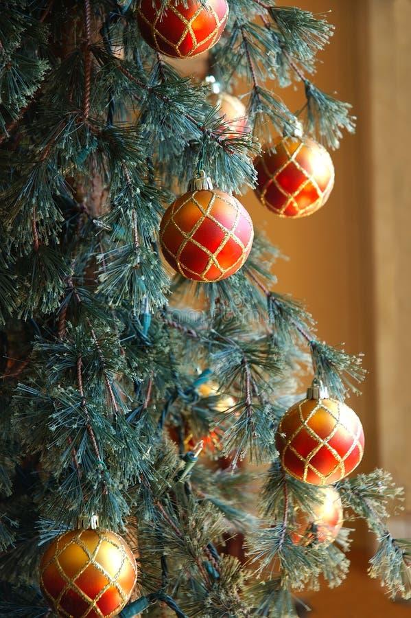 Weihnachtsbaum mit Verzierungen lizenzfreie stockfotos