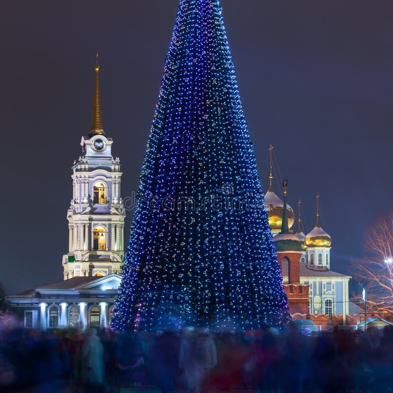 Weihnachtsbaum nachts im Stadtmittequadrat mit der Menge verwischt durch lange Belichtung Tula, Russland lizenzfreies stockbild