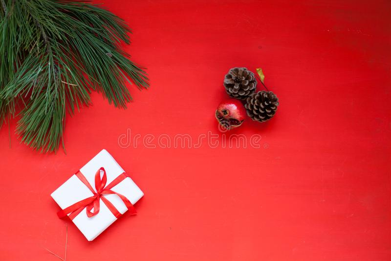 Weihnachtsbaum-Nadelgeschenkstöße auf einem roten Weihnachtshintergrund Weihnachten lizenzfreie stockbilder