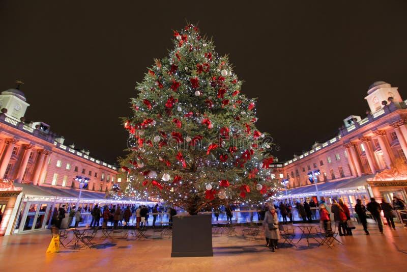 Weihnachtsbaum in Sommerset Haus lizenzfreie stockfotos