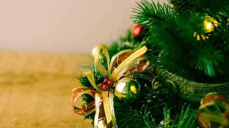 Weihnachtsbaum und Dekorationen auf hölzernem Hintergrund stockfoto