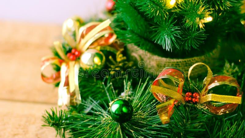 Weihnachtsbaum und Dekorationen auf hölzernem Hintergrund stockbilder