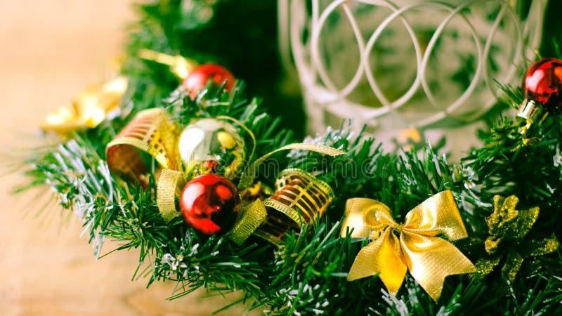 Weihnachtsbaum und Dekorationen auf hölzernem Hintergrund stockbild