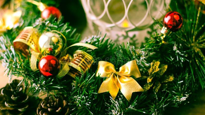 Weihnachtsbaum und Dekorationen auf hölzernem Hintergrund stockfotos