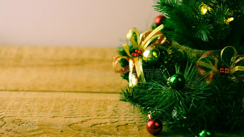 Weihnachtsbaum und Dekorationen auf hölzernem Hintergrund lizenzfreie stockfotos