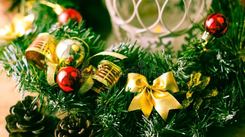 Weihnachtsbaum und Dekorationen auf hölzernem Hintergrund stockfotografie