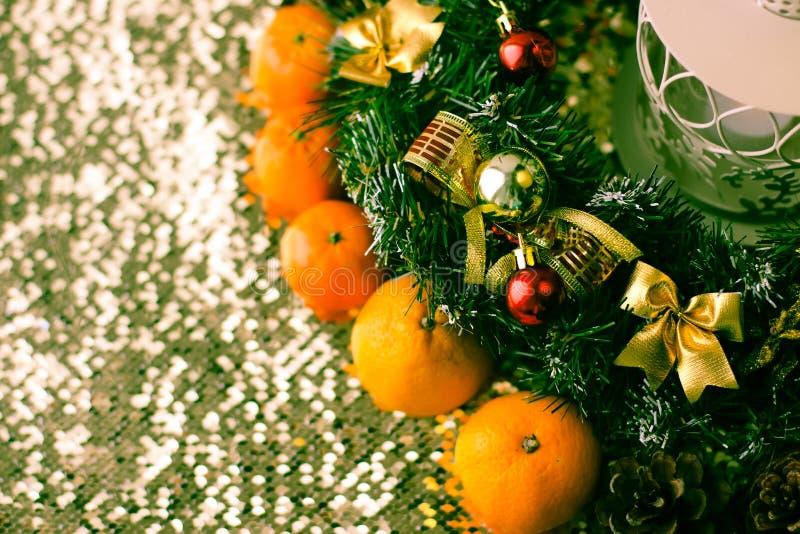 Weihnachtsbaum und Dekorationen auf hölzernem Hintergrund lizenzfreies stockbild