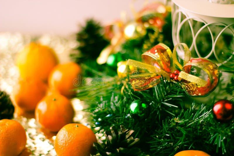 Weihnachtsbaum und Dekorationen auf hölzernem Hintergrund lizenzfreies stockfoto