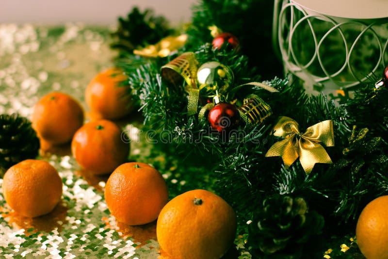 Weihnachtsbaum und Dekorationen auf hölzernem Hintergrund lizenzfreie stockfotografie